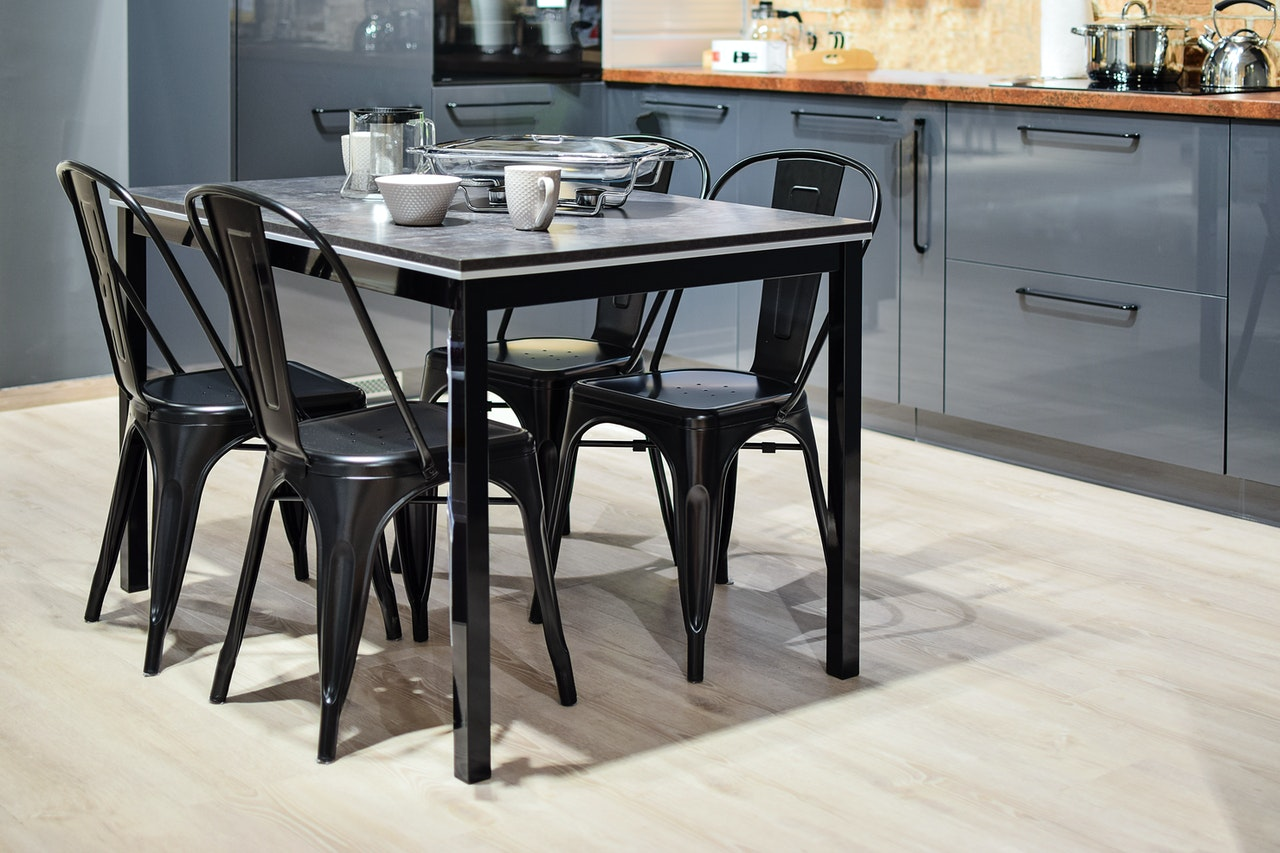 white ceramic mug on black dining table with four chair set 932095 - 【キッチンテーブル6選】国内・海外の高級メーカー&選び方を紹介!